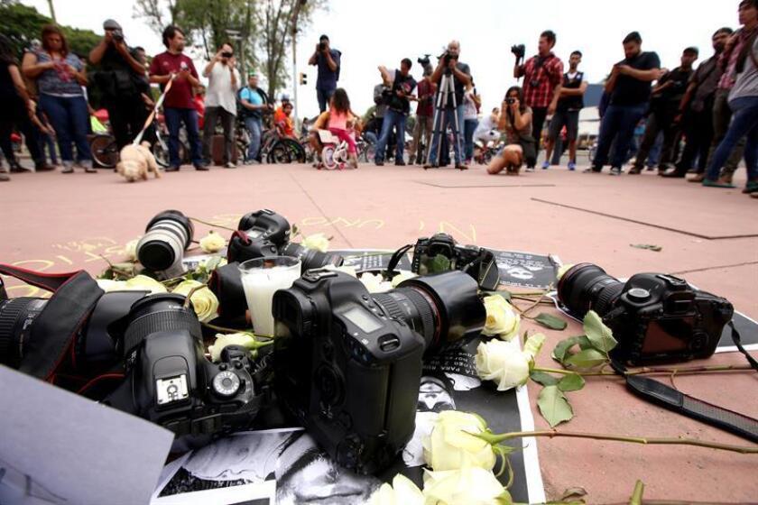 Vista de varios periodistas durante una protesta donde exigen más seguridad en el proceso electoral de México. EFE/Archivo