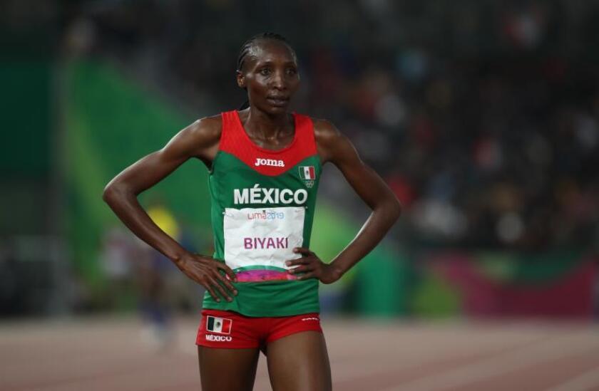 La keniana Biyaki, muy feliz con la medalla de plata en su debut como mexicana