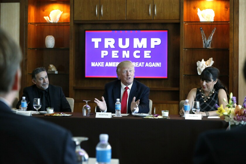 El candidato republicano a la presidencia, Donald Trump, lidera una mesa redonda con líderes hispanos y propietarios de pequeñas empresas en Las Vegas, el viernes 26 de agosto de 2016. (AP Foto/Gerald Herbert)