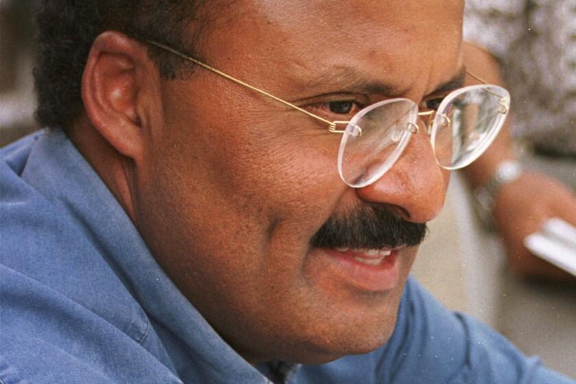 ARCHIVO - En esta fotografía del 8 de febrero de 1999, René Juárez, candidato a la gobernación del estado de Guerrero por el Partido Revolucionario Institucional, habla con los reporteros en Chilpancingo, México. (AP Foto/David de la Paz, archivo)