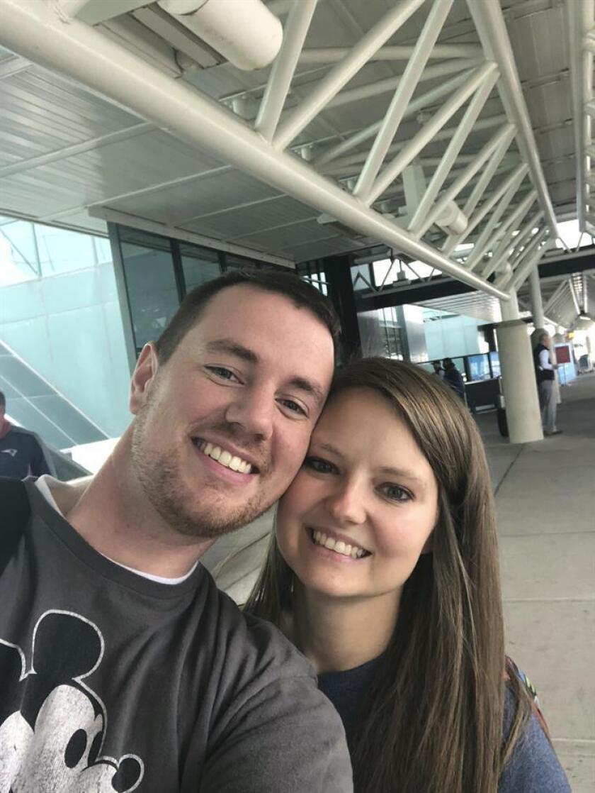 Una selfie cedida por Heather Ensminger en donde aparece junto a su esposo Clark antes de su salida hoy, martes 16 de octubre de 2018, del aeropuerto de Nashville, Tennessee (EE.UU). EFE/Cortesía Heather Ensminger