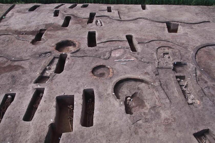 La foto distribuida por el Ministerio de Antigüedades y Turismo de Egipto el martes 27 de abril de 2021 muestra tumbas antiguas recientemente descubiertas, algunas con restos humanos, en el sitio arqueológico de Koum el-Khulgan, provincia del Delta del Nilo, 150 kilómetros al noreste de El Cairo, Egipto. (Ministerio de Antigüedades y Turismo de Egipto via AP)