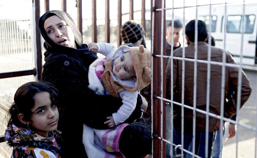 Refugiados esperan en el paso fronterizo de Öncüpinar, en la provincia de Kilis, Turquía, ayer, 8 de febrero de 2016, para regresar a Siria. Decenas de miles de sirios se agolpan en la frontera con Turquía tras huir de la violencia en la provincia siria de Alepo, sin acceso a ayuda humanitaria o atención médica a la espera de entrar en el país vecino que mantiene el cruce de Bab al Salama cerrado. Pese a la precaria situación, el gobierno turco anunció ayer que no tenía intención de facilitar el paso a los refugiados en un futuro cercano. EFE/Sedat Suna