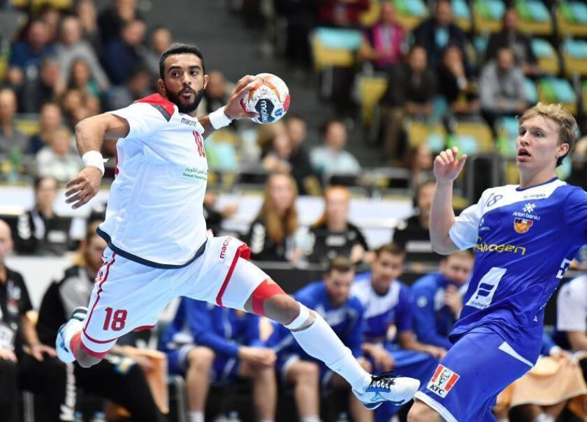 El bareiní Ahemd Jalal (i) trata de marcar un gol durante un encuentro disputado entre las selecciones de Islandia y Bahrein perteneciente al Mundial de Balonmano en Múnich, Alemania, hoy, 14 de enero de 2019. EFE