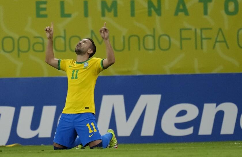 Éverton Ribeiro, de Brasil, festeja luego de anotar el primer tanto en el partido de las eliminatorias ante Perú