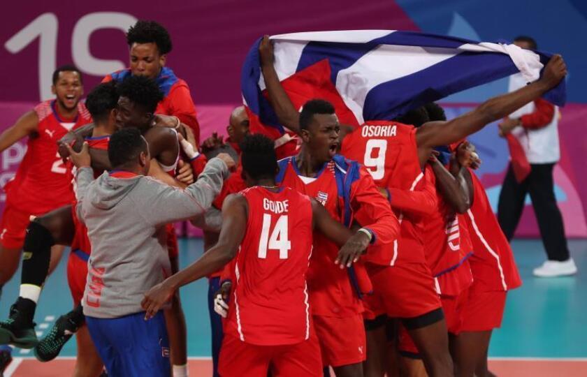 Jugadores de Cuba celebran tras vencer a Brasil este sábado 3 de agosto en un partido de la fase clasificatoria de voleibol masculino entre Brasil y Cuba en los Juegos Panamericanos Lima 2019, en el Polideportivo del Callao, en Lima (Perú). EFE/Martin Alipaz