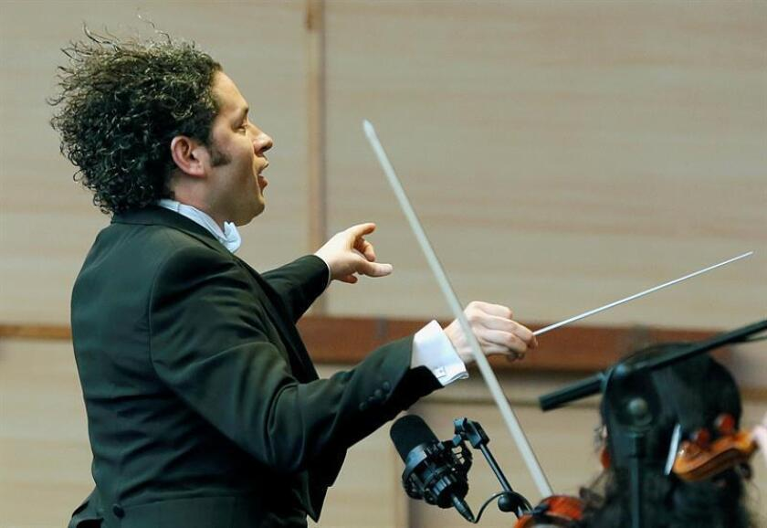 """El director de orquesta venezolano Gustavo Dudamel, al comienzo del concierto """"Palabras para Galicia"""", en la Plaza del Obradoiro. EFE/Archivo"""