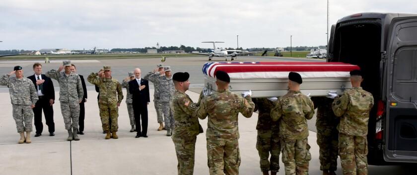 """Miembros de la unidad """"Old Guard"""" (""""Vieja guardia"""") del ejército escoltan restos que se cree son de tropas estadounidenses que fallecieron en la guerra entre México y Estados Unidos a su llegada a la base de la Fuerza Aérea en Dover, Delaware, el miércoles 28 de septiembre de 2016. Se buscará determinar si los restos son de milicianos de un regimiento de Tennessee conocido como """"The Bloody First"""" (""""Los sangrientos primero""""). (Gary Emeigh/The Wilmington News-Journal vía AP)"""
