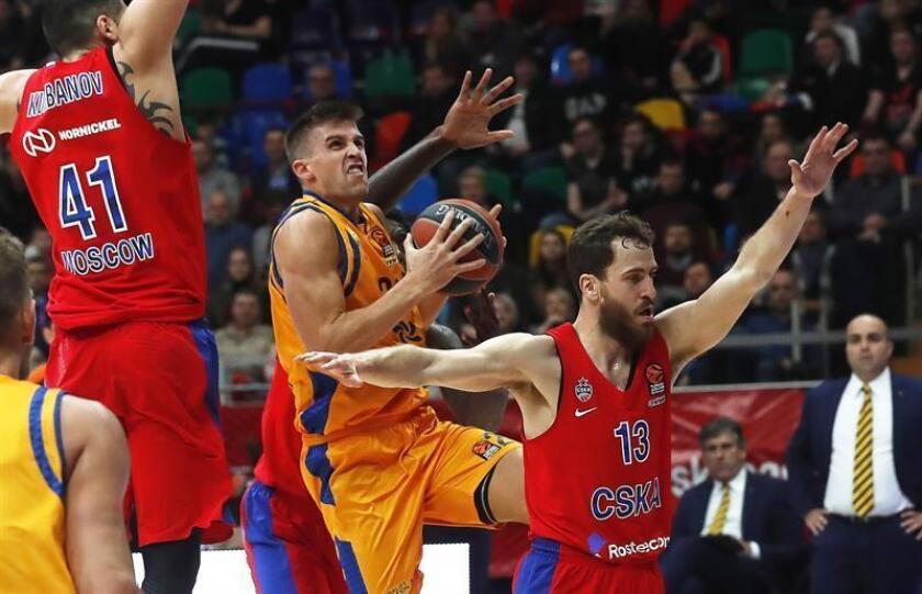 El escolta español del Herbalife Gran Canaria Xavier Rabaseda (c) disputa un balón con el alero ruso Nikita Kurbanov (i) y el base español Sergio Rodríguez (d), ambos del CSKA de Moscú, durante el partido entre ambos equipos correspondiente a la Euroliga de baloncesto, este jueves en Moscú (Rusia). EFE