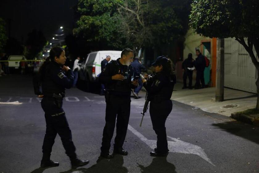 Policías municipales resguardan la zona donde fueron ejecutadas 4 personas ayer, 10 de diciembre de 2018, en el interior de una finca en la ciudad de Guadalajara, en el estado de Jalisco (México). EFE