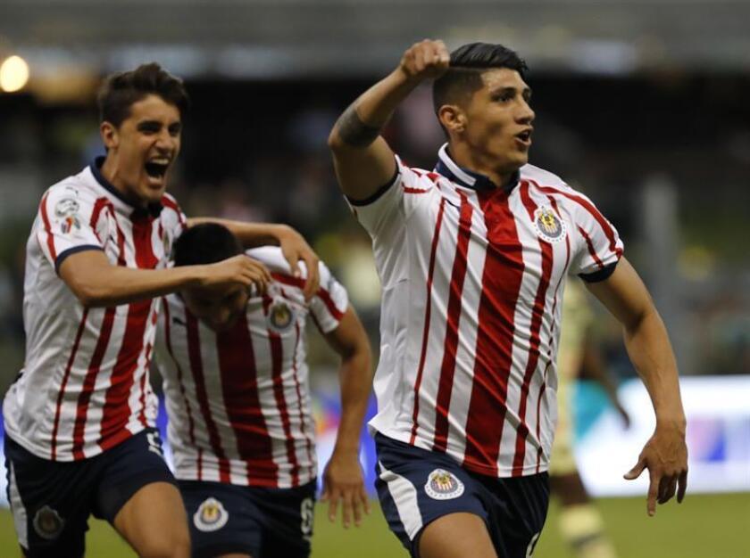 El jugador Alan Pulido (d) del Guadalajara celebra la anotación de un gol en un juego de la jornada 11 del fútbol mexicano hoy, domingo 30 de septiembre de 2018, en el Estadio Azteca, en Ciudad de México (México). EFE
