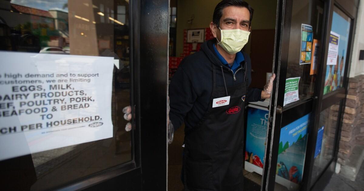 L. A. pesanan pelanggan, pekerja harus memakai penutup wajah seperti coronavirus perlindungan