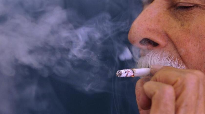 Según la FDA, unos 20 millones de personas en el país fuman cigarrillos con mentol, un aditivo de sabor que genera una sensación de frescor. Entre los fumadores de 12 a 17 años de edad más de la mitad eligen los mentolados. EFE/Archivo