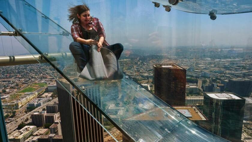 Una osada pasajera se desliza por el Skyslide en la sede del US Bank, en el centro de Los Ángeles (Foto AP / Richard Vogel)
