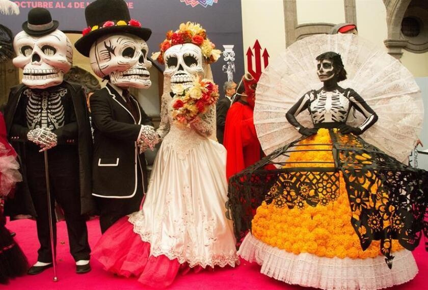 Actores vestidos con trajes de calaveras durante una rueda de prensa hoy, lunes 8 de octubre de 2018, en Ciudad de México (México). EFE/STR
