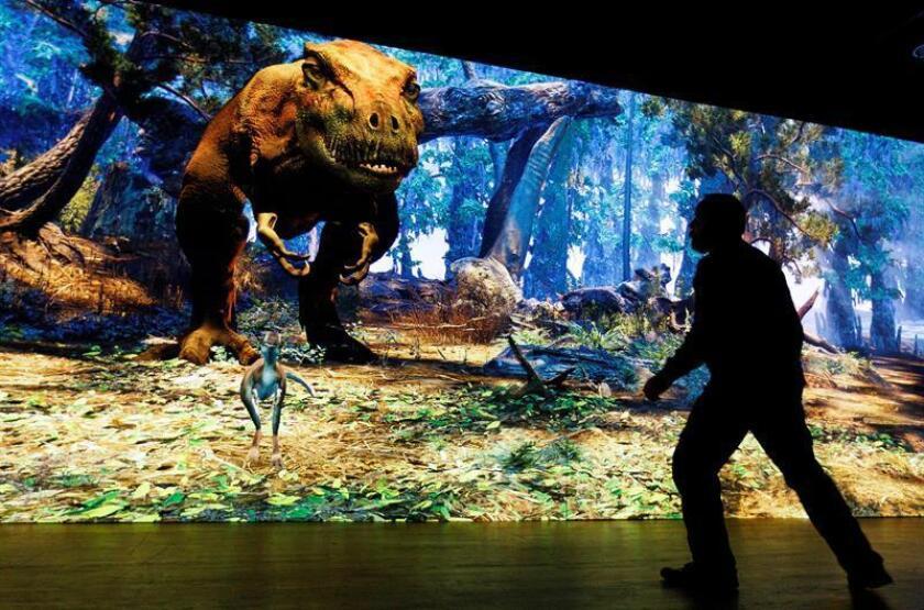 """Un hombre interactúa con un Tyrannosaurus rex virtual, este martes como parte de una nueva exhibición en el Museo Americano de Historia Natural llamada """"T. Rex: The Ultimate Predator"""", en Nueva York, Nueva York (EE. UU.). EFE"""