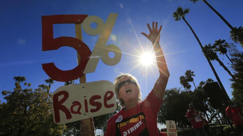 La profesora de inglés de Cal State Fullerton, Michelle Luster, se unió a cientos de miembros del cuerpo de docentes en una protesta para pedir aumentos de salarios que se realizó frente a una reunión de la junta directiva en Long Beach, en noviembre pasado (Allen J. Schaben / Los Angeles Times).