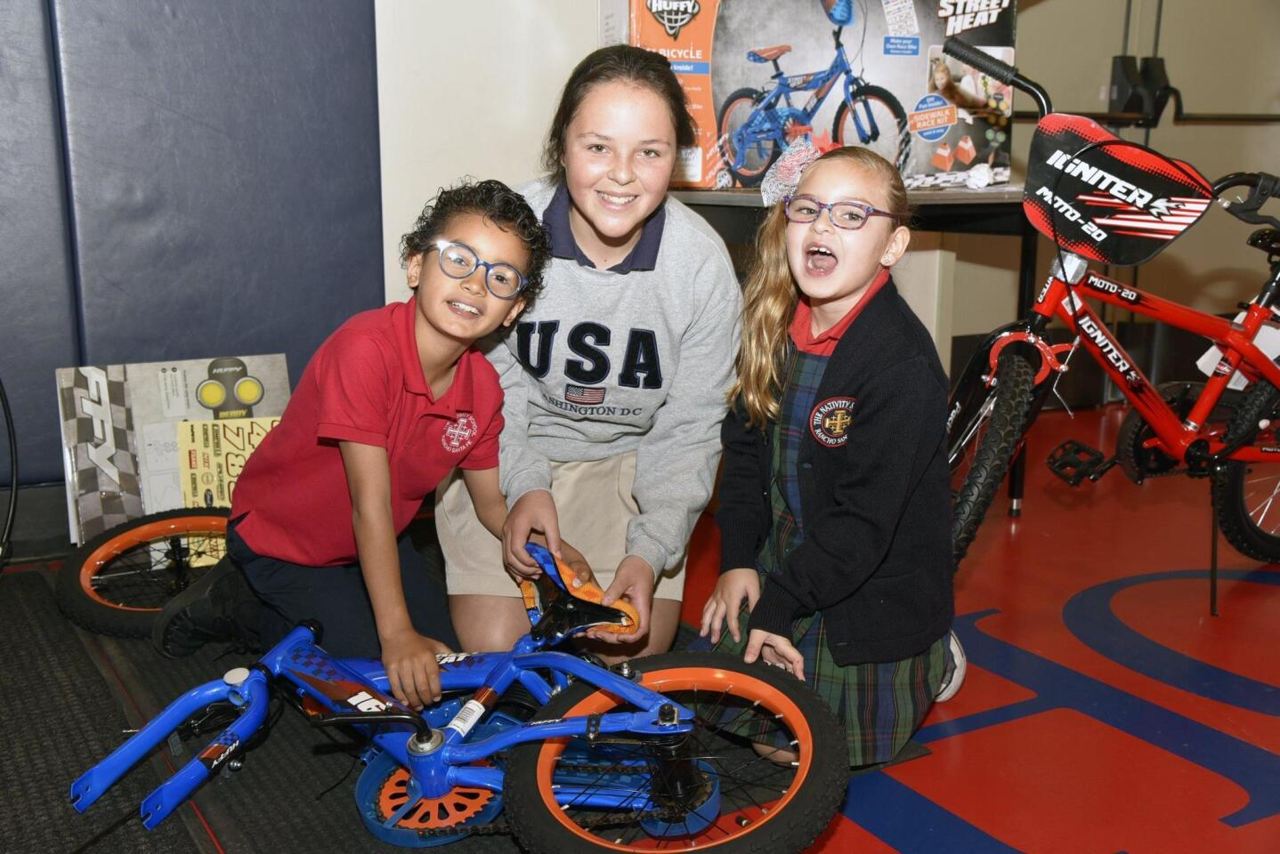 Fernando, Jaqueline and Valentina put together a bicycle