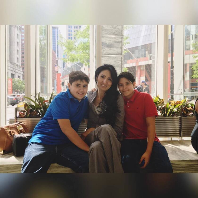 Madre Ruth Villegas Medellín aparece con sus dos hijos. Foto de las redes sociales de Villegas.