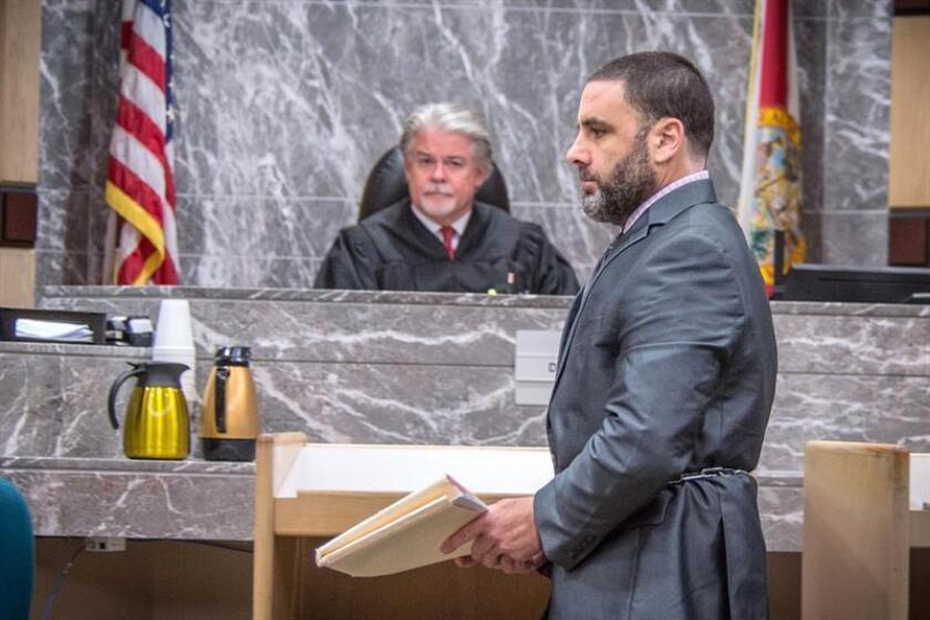 El hispano-estadounidense Pablo Ibar (d) comparece ante el tribunal estatal de Florida frente al juez Dennis Bailey (i) en Fort Lauderdale, Florida (EE.UU.). EFE/Archivo