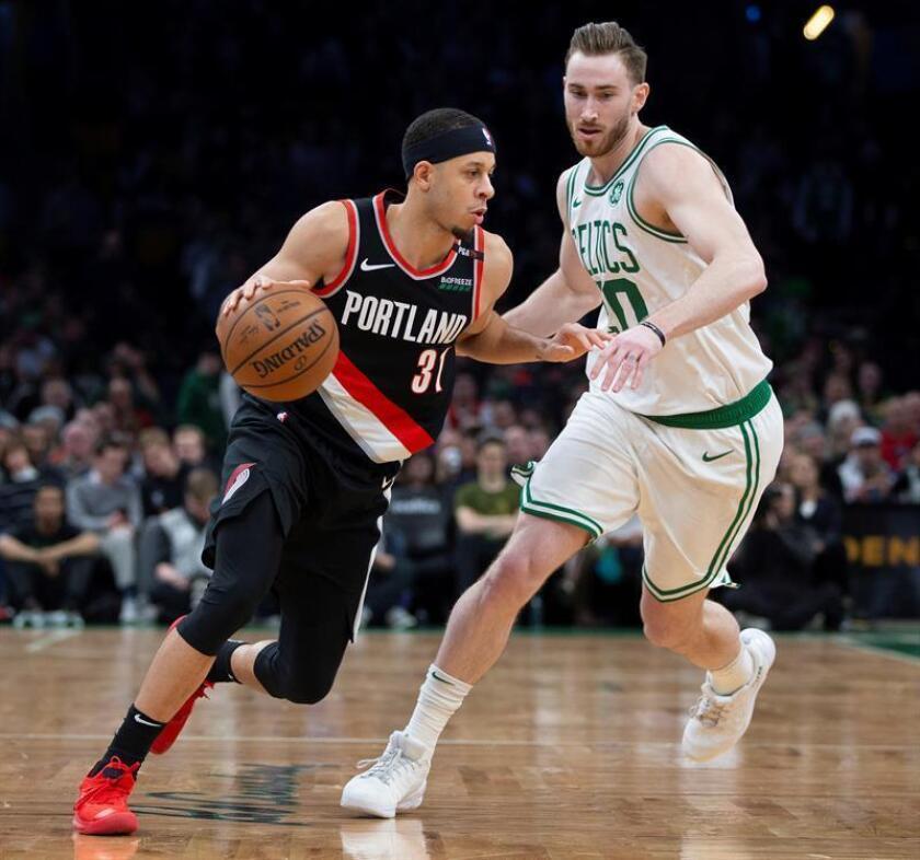 El escolta Seth Curry (i) de Portland Trail Blazers en acción ante el alero Gordon Hayward (d) de Boston Celtics durante un partido. EFE/Archivo