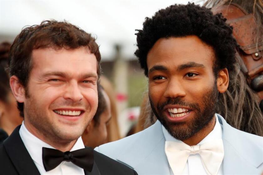 """Donald Glover (dcha) y Alden Ehrenreich posan para los fotógrafos a su llegada a la proyección de la película """"Solo: A Star Wars Story"""" en el ámbito del 71º Festival Internacional de Cine de Cannes (Francia). EFE/Archivo"""