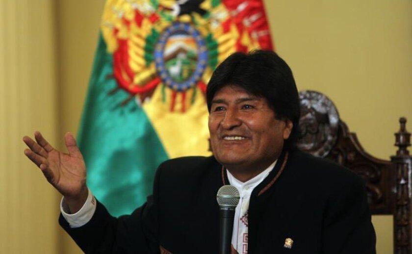 """El presidente de Bolivia, Evo Morales, habla en una rueda de prensa hoy, lunes 22 de febrero de 2016, en La Paz, donde abogó por esperar con """"serenidad"""" los resultados definitivos del referendo sobre su reelección celebrado ayer domingo, en el que los primeros sondeos y el escrutinio oficial al 72 % dan la victoria."""