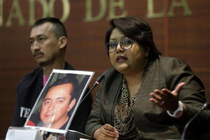 La representante del colectivo Fuerzas Unidas por Nuestros Desaparecidos en Coahuila, Grace Fernández (d) participa en un foro en Ciudad de México. EFE/Archivo