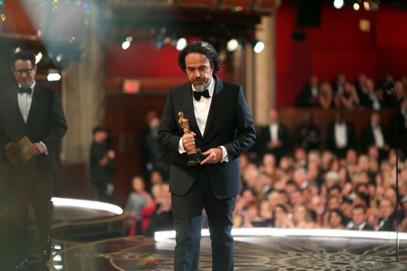 Alejandro González Iñárritu salió satisfecho del Teatro Dolby al recibir su segunda estatuilla consecutiva como director.