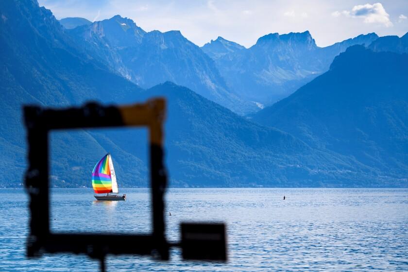 Un bote es visto a través de un marco de Instagram con el hashtag 'la naturaleza es una obra maestra'