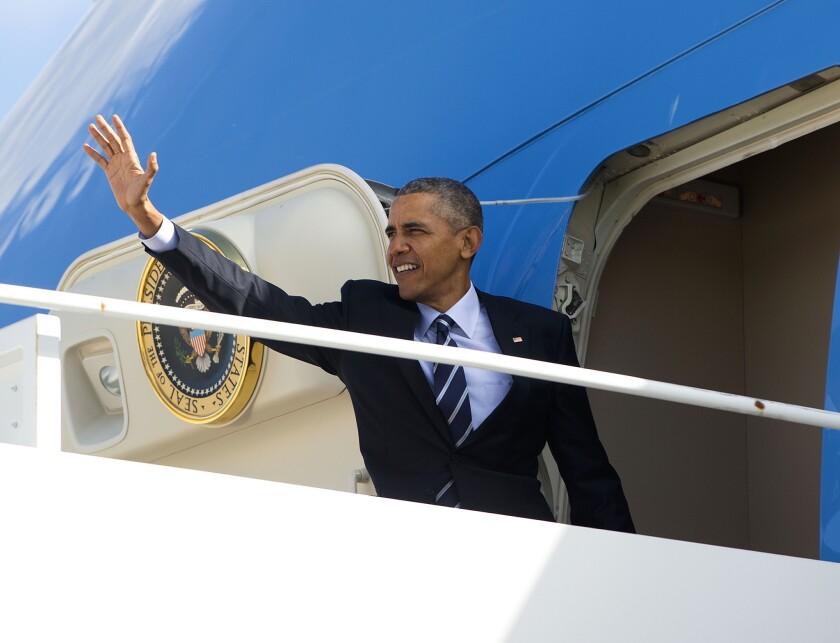 El presidente Barack Obama saluda al abordar el avión presidencial en la base aérea Andrews, Maryland. (AP Foto/Pablo Martinez Monsivais)