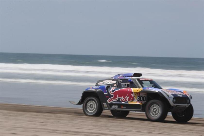 El español Carlos Sainz conduce su vehículo Mini durante la quinta etapa del Rally Dakar 2019. EFE