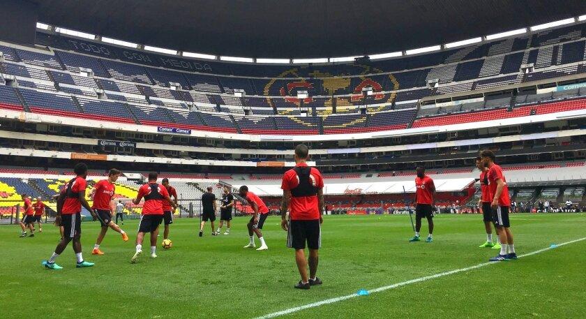 Jugadores del Toronto FC en la cancha del Estadio Azteca, antes de su juego contra el América.