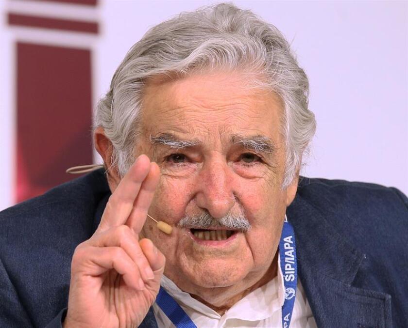 """El expresidente uruguayo José Mujica consideró hoy que existe una """"brutal crisis política"""" en el mundo por falta de liderazgo y alentó a los jóvenes universitarios a reflexionar sobre los problemas actuales de la sociedad."""