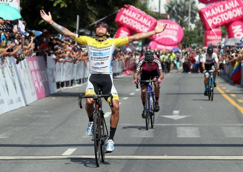 El ciclista colombiano Óscar Adalberto Quiroz fue registrado este domingo al celebrar su triunfo en la prueba élite del Campeonato Nacional de Ruta, en Villavicencio (Colombia). EFE