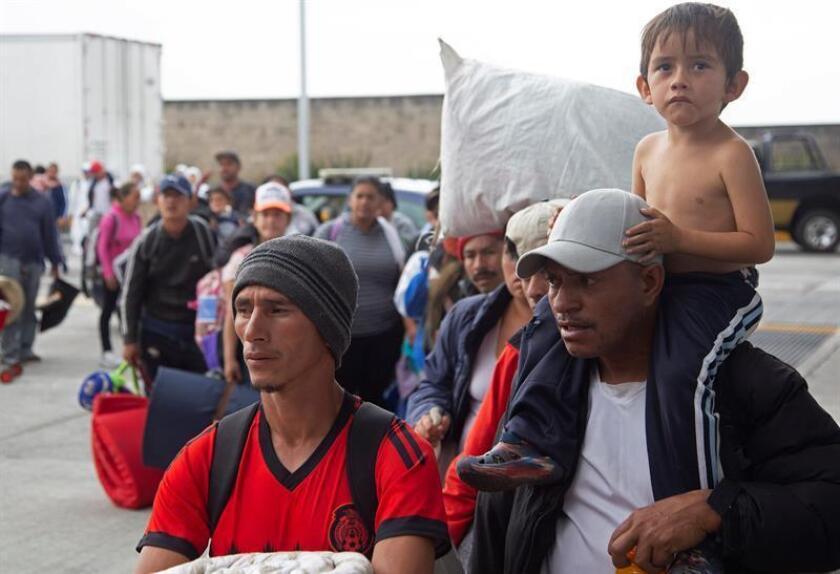 Integrantes de la caravana migrante continúan su marcha hoy, lunes 12 de noviembre de 2018, por la ciudad de Guadalajara en el estado de Jalisco (México). De manera dispersa, la caravana de migrantes centroamericanos retomó hoy su marcha rumbo al norte convencida de llegar a Tijuana, lugar desde el cual quieren pedir asilo a Estados Unidos pese a que el presidente de ese país, Donald Trump, ha endurecido este trámite. EFE