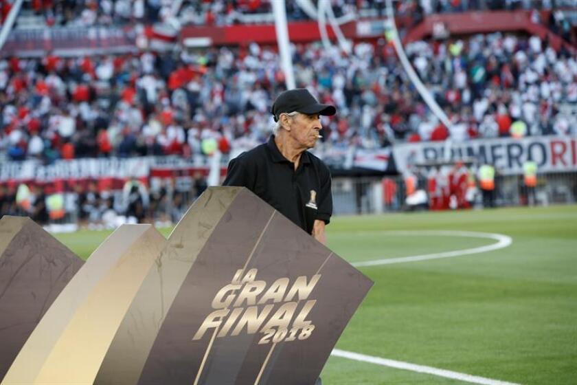 Personal recoge un aviso de la gran final luego de la suspensión del partido de la Copa Libertadores entre River Plate y Boca Juniors ayer en el estadio Monumental en Buenos Aires (Argentina). EFE