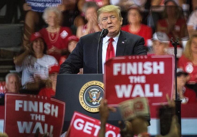 El presidente de EE.UU., Donald Trump, habla durante un acto de campaña en apoyo al candidato republicano a gobernador del estado de Florida, Ron DeSantis, hoy, miércoles 31 de octubre de 2018, en el Hertz Arena de Fort Myers, Florida (EE. UU.). EFE