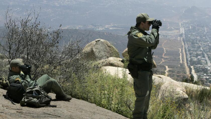 Foto de archivo. Dos agentes de la Patrulla Fronteriza supervisan el área de California que colinda con Tecate, ciudad fronteriza de México. (Don Bartletti / Los Angeles Times)