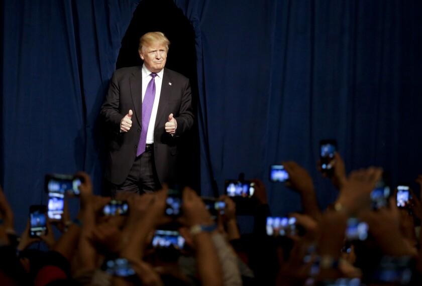 El aspirante a la candidatura republicana Donald Trump llega a un mitin en la noche de asambleas del partido en Nevada, el martes 23 de febrero de 2016 en Las Vegas. (AP Foto/Jae C. Hong)