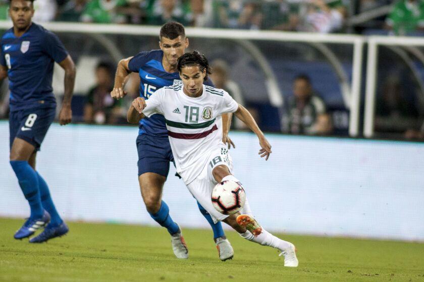 Eric Lichaj (c-i) de Estados Unidos disputa un balón con Diego Lainez (c-d) de México hoy, martes 11 de septiembre de 2018, durante un juego amistoso entre Estados Unidos y México en el estadio Nissan en Nashville (EE.UU.).