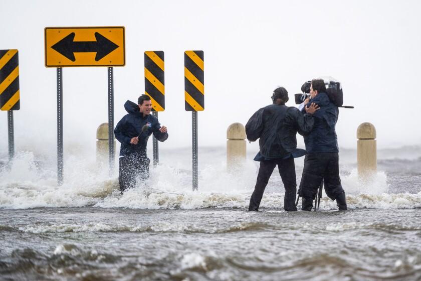 Llamas cubriendo el huracán Ida en Nueva Orleans.