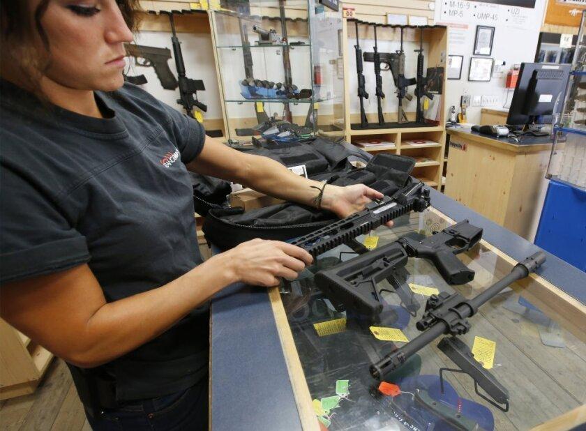 Atrás del movimiento que mejore el control de armas en California se encuentra el alcalde de Los Ángeles, Eric Garcetti, el Departamento de Policía de Los Ángeles y el líder del senado, Kevin De León.