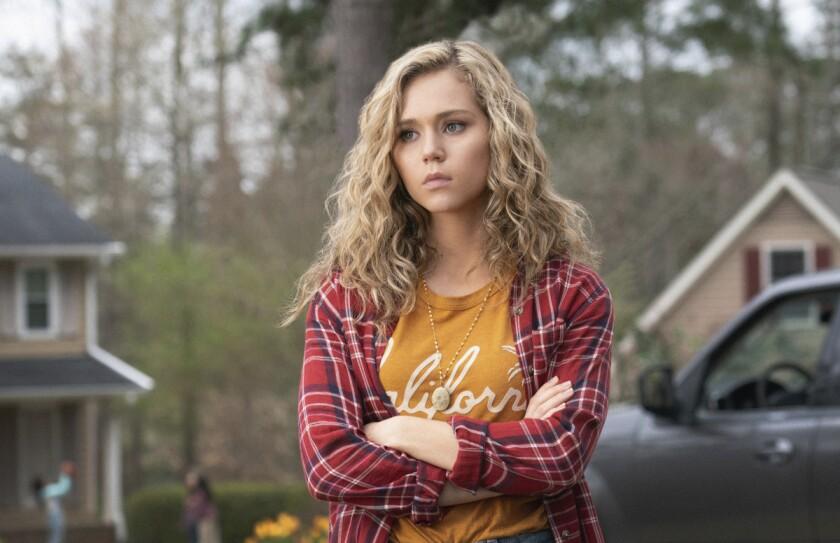 """En esta imagen difundida por The CW, Brec Bassinger como Courtney Whitmore en una escena de la nueva serie """"Stargirl"""", basada en el personaje de DC Comics."""