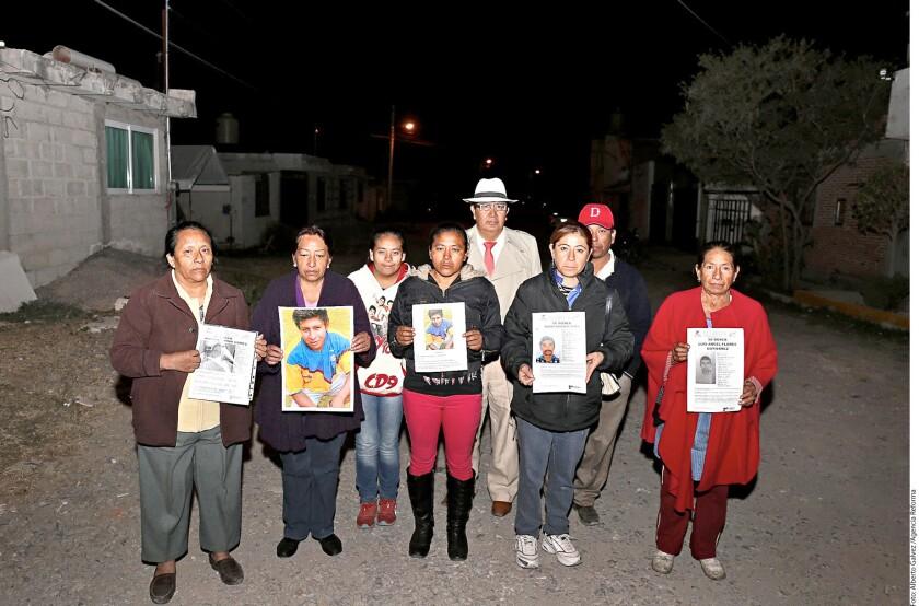 Vecinos de Lomas de San Miguel emprendieron desde noviembre una campaña de búsqueda de las seis personas desaparecidas.