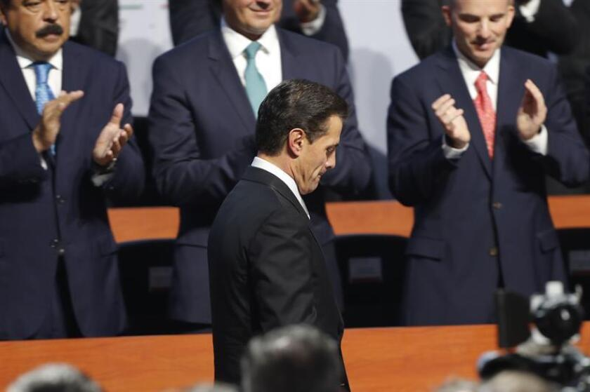A menos de tres meses de que finalice la Administración del presidente mexicano, Enrique Peña Nieto, el 64 % de los ciudadanos desaprueba su mandato, según una encuesta de la firma De las Heras Demotecnia. EFE