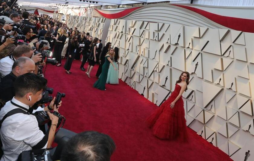 La actriz mexicana Marina de Tavira posa a su llegada a la alfombra roja de los Premios Óscar, este domingo, en Hollywood, California (Estados Unidos). EFE