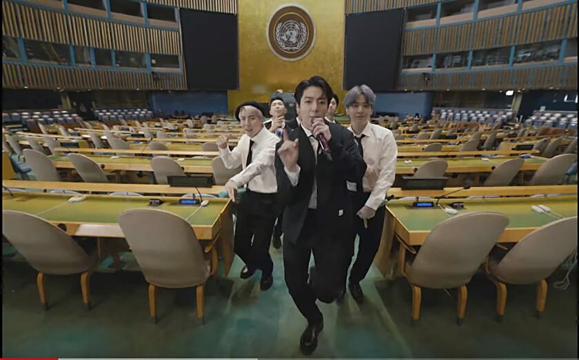 """En esta imagen tomada de un video de UNTV, BTS interpreta """"Permission to Dance"""" en un mensaje pregrabado"""