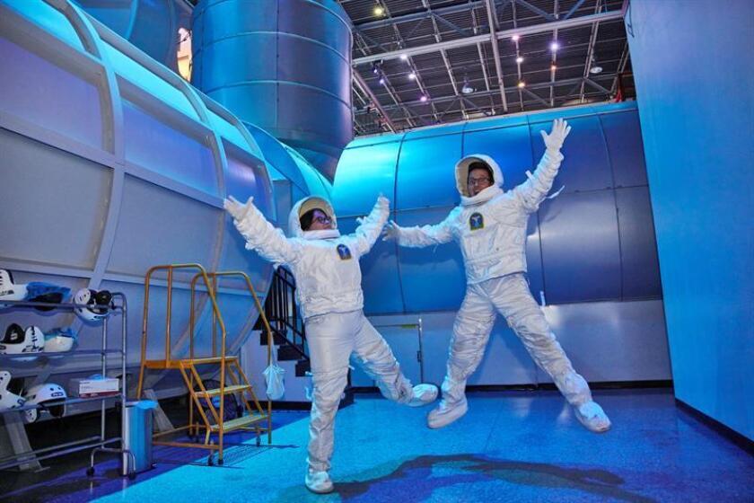 Fotografía sin fechar cedida por National Geographic que muestra a dos periodistas mientras participan en una visita para los medios en el Space Camp, en Huntsville (EE.UU.).EFE/Jon Morgan/Cortesía National Geographic/SOLO USO EDITORIAL/NO VENTAS