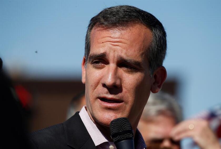 El alcalde de Los Ángeles, Eric Garcetti (C), ofrece una rueda de prensa. EFE/Archivo